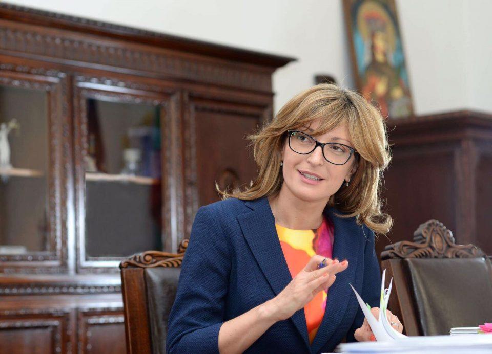Захариева ги осуди случувањата во САД, побара мирен трансфер на власта