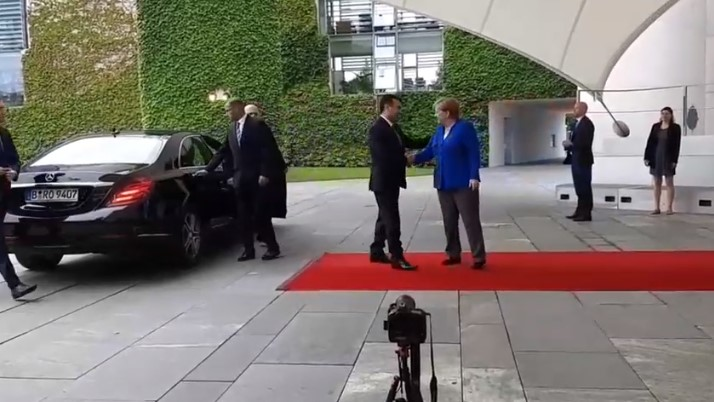 Меркел го пречека Заев во сино сако, еве каква порака испраќа