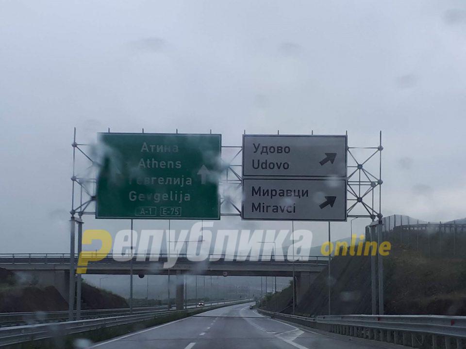 Сообраќајот во Македонија се одвува по влажни коловози, снег паѓа на Попова Шапка