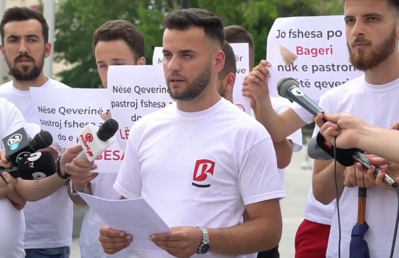 Беса оставија дршка од метла пред Влада: Се наградуваат министрите кои потфрлија
