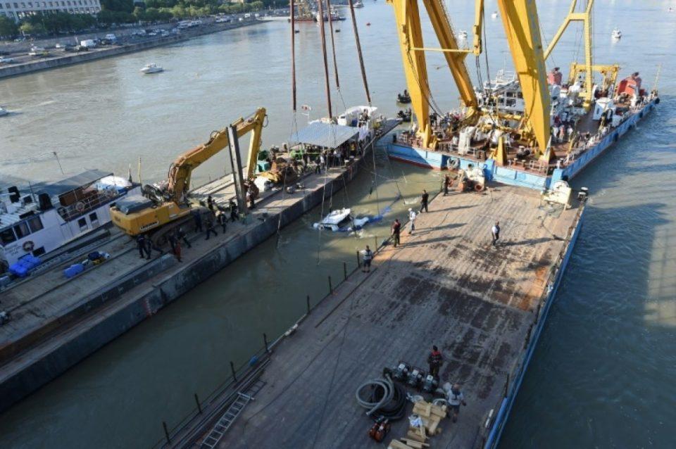 Извлечен потонатиот брод во Дунав, пронајдени нови тела