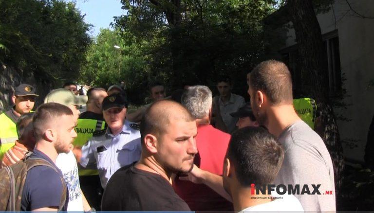Жители на Кисела Вода го блокираа влезот на Центарот за зависници, се судрија со зависниците кои дојдоа по терапија