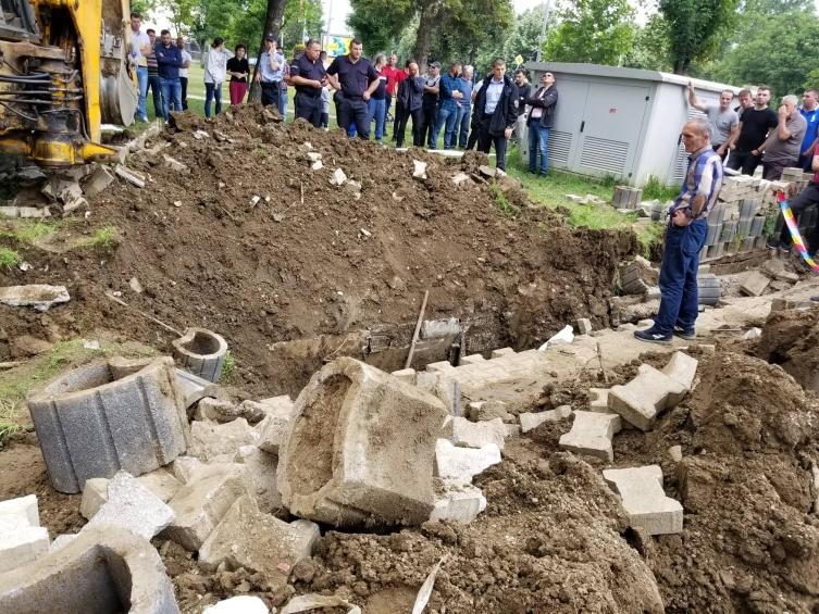 Двајца браќа загинаа откако ги затрупа земја во канал за водоводна мрежа