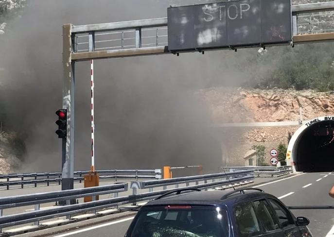 Автомобил експлодира во тунел