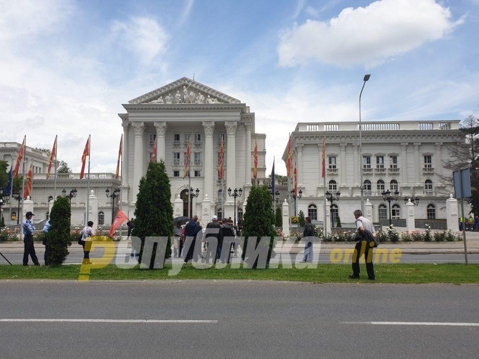 Подарок пред Влада, од народот за Заев
