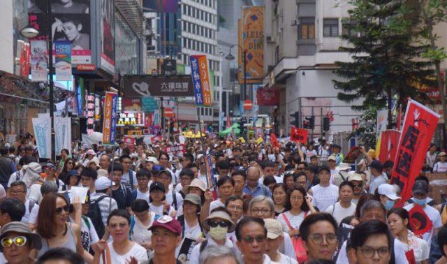 """Стотици илјади луѓе протестираа во Хонг Конг, Кина ги обвини """"странските сили"""""""