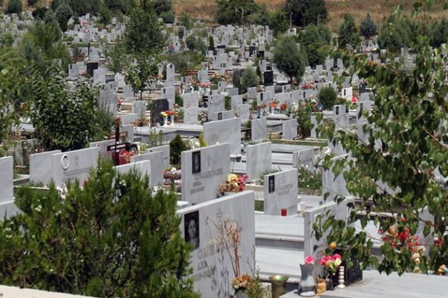 Свекор нападна снаа на гробишта