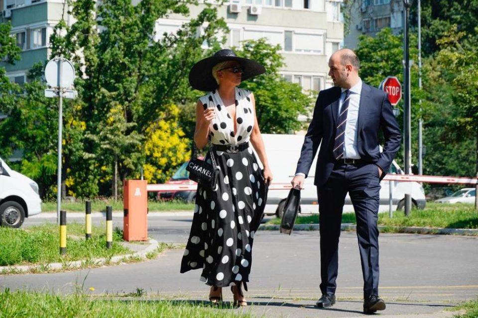 Карлеуша дошла да се мири со Цеца: Јелена во фустан на туфни и огромно деколте се појави на суд