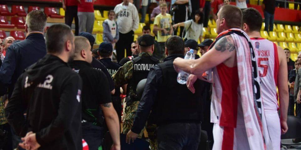 Вербален дуел меѓу навивачите и кошаркарите на работнички