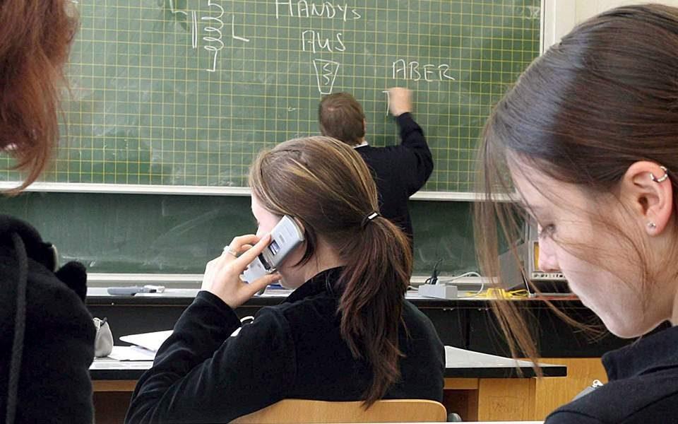 Во Општина Карпош од септември ќе се ограничат мобилните во текот на наставата