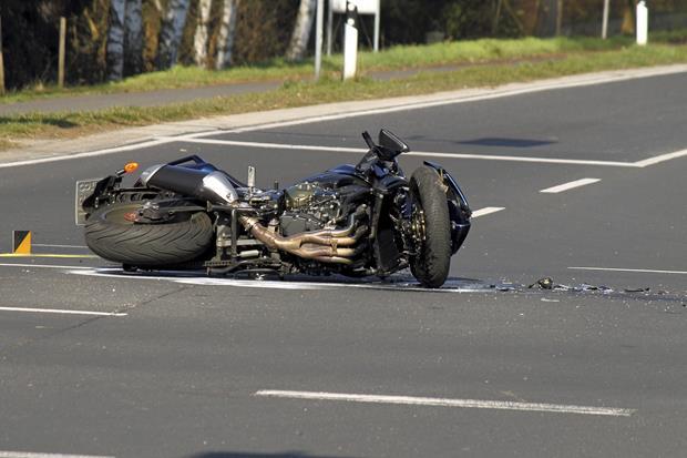 Маж возејќи мопед изгубил контрола и паднал на коловозот