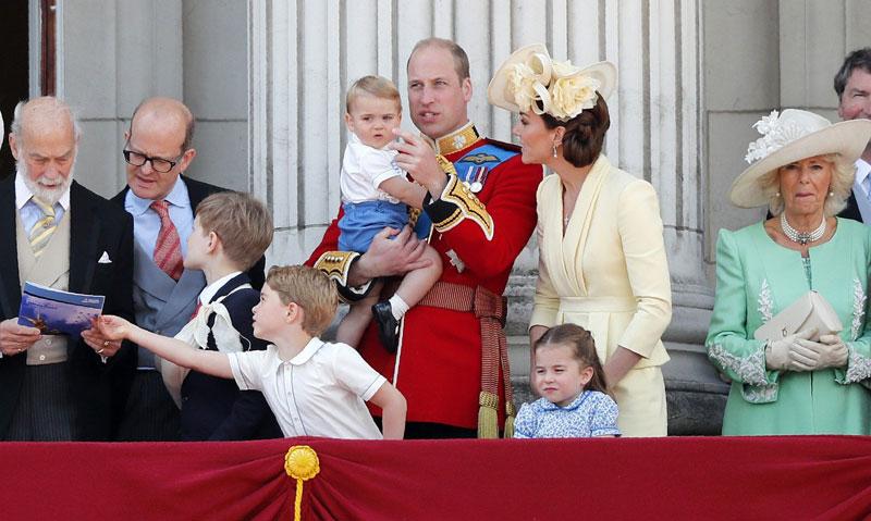 Принцот Луи првпат се појави на балконот на Бакингемската палата