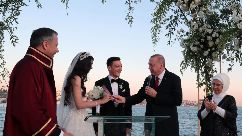 Ердоган кум, Озил младоженец – се ожени фудбалерот на Арсенал