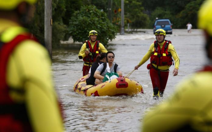 Тројца загинаа, а над 350 повредени во поплава во Русија