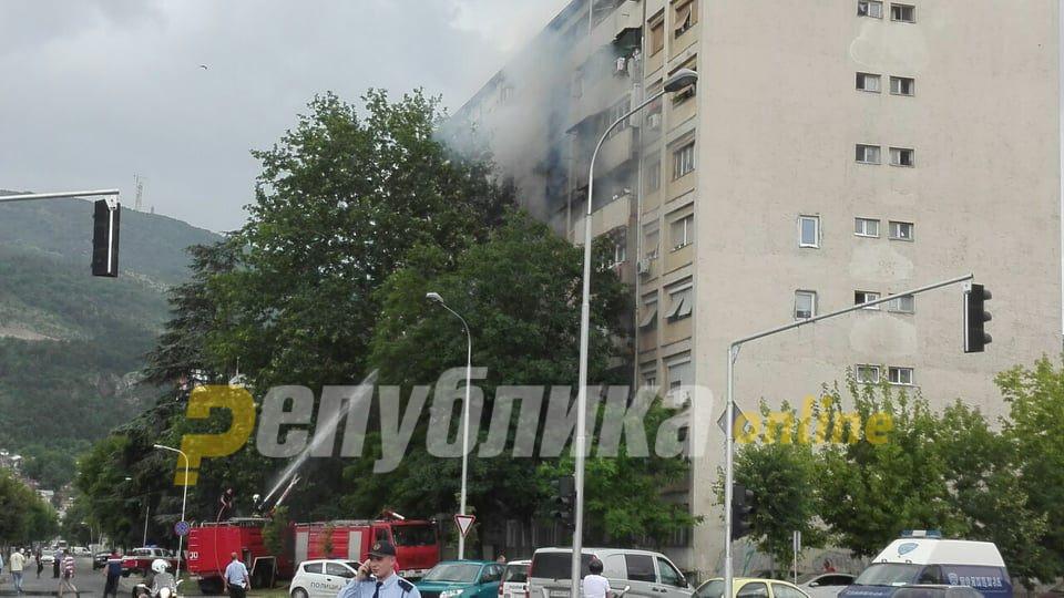 Пожарникари со скали влегоа над станот што гори за да спасат неколку деца