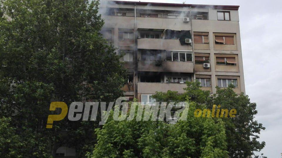 Евакуирани 7 станари, еден пожарникар со изгореници и двајца се во болница поради вдишен чад