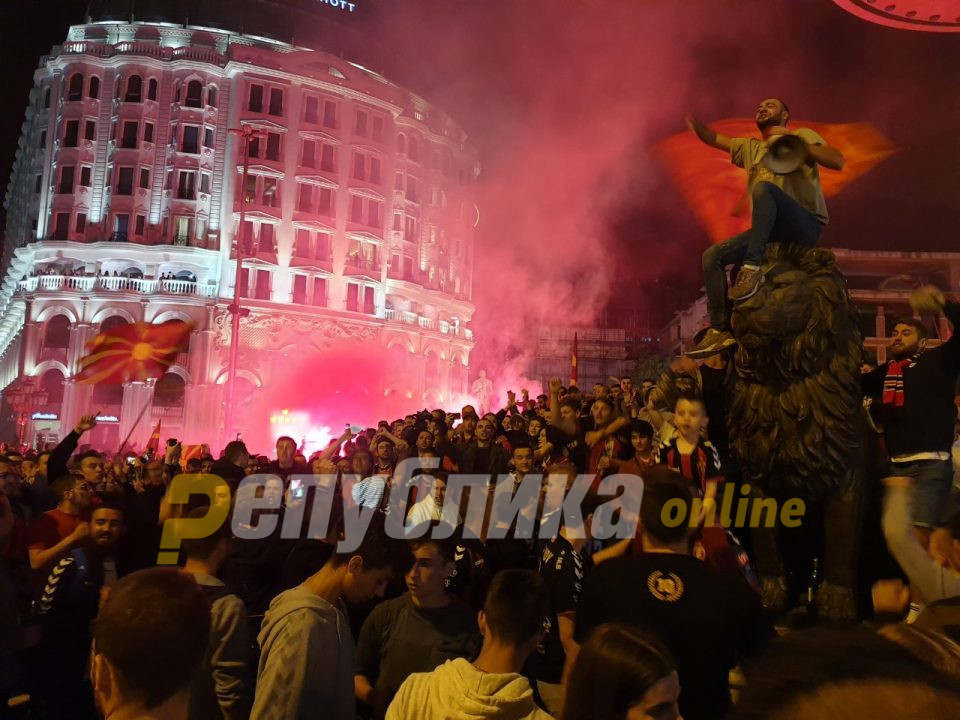 Фотогалерија: Вардар победува, Македонија се радува! Големо славење на скопскиот плоштад