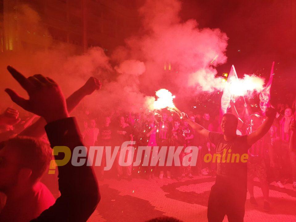 Столе ти си наша икона – ечи на скопскиот плоштад