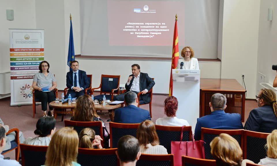 Роберт Поповски ги советува министрите: Подобро да бегаме, отколку да нѐ распнат новинарите