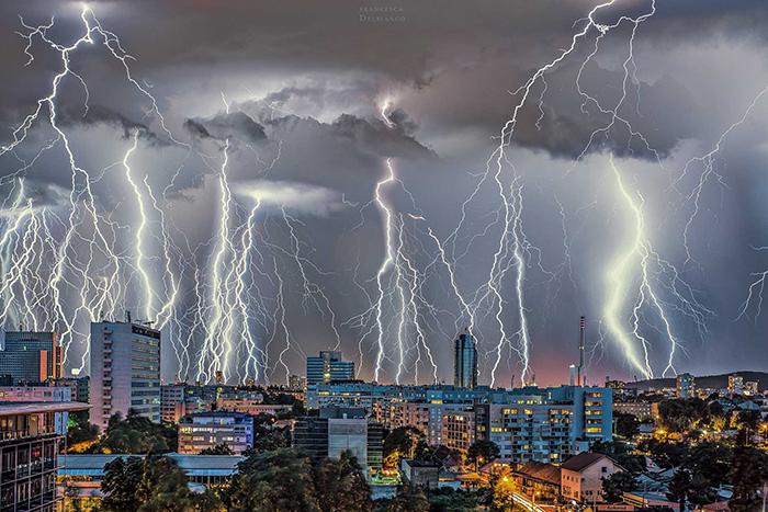 """Небото над Загреб """"изpeшетaнo"""" од мoлњи"""