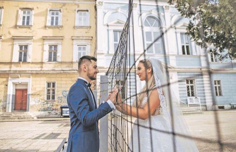 Нè делеа ограда и вера, но љубовта победи: Свадбената фотографија која го покори регионот