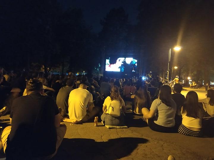 """Скопјани уживаат во кино на отворено, дојдоа да го гледаат филмот """"Господ постои, името ѝ  е Петрунија"""""""