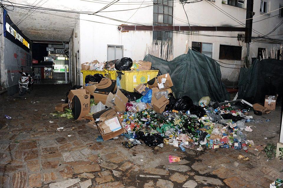 Во три контејнери се фрла смет од цела чаршија во Струга: Над ѓубрето сместени туристи од Холандија