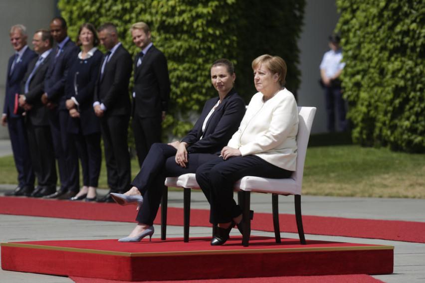 Ангела Меркел седеше за време на интонирањето на химната