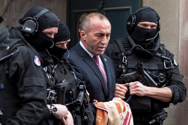 Со спуштена глава, Харадинај се појави на распит во Специјалниот суд во Хаг