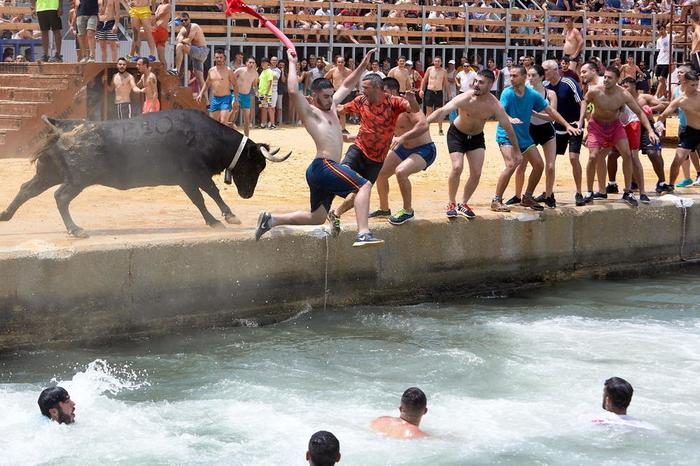 Крвава трка со бикови во Шпанија: Турист прободен со рог во врат, петмина завршија во болница
