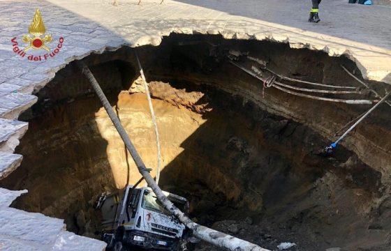 Се отвори земјата на пат кај Наполи, камион за ѓубре падна во дупката