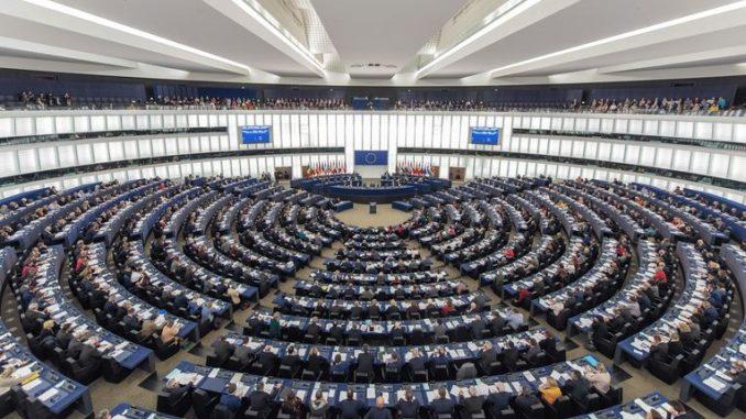 ЕП заседава без тројца членови од Каталонија, протест пред зградата
