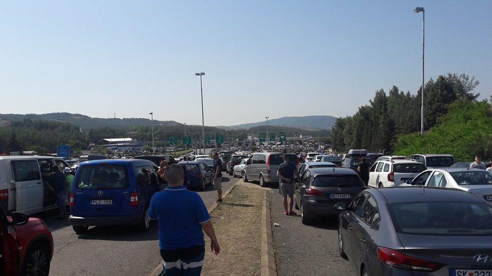 Дехидрирани деца и возрасни, расипани автомобили, за излез од Грција се чека четири часа