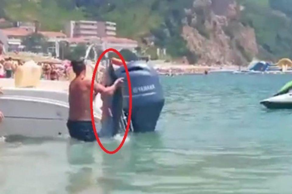 Паника на познатата плажа во Будва: Капачите се разбегаа кога во морето се појави ова