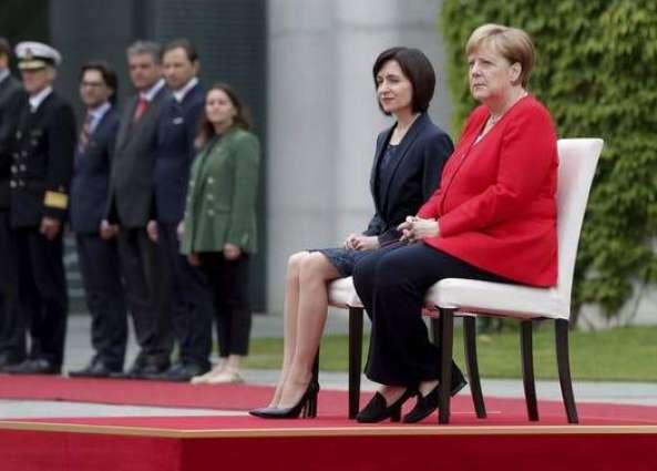 Меркел и молдавската премиерка седеа додека се изведуваа химните