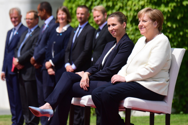 Молчењето е злато: Меркел не кажува зошто се тресе!