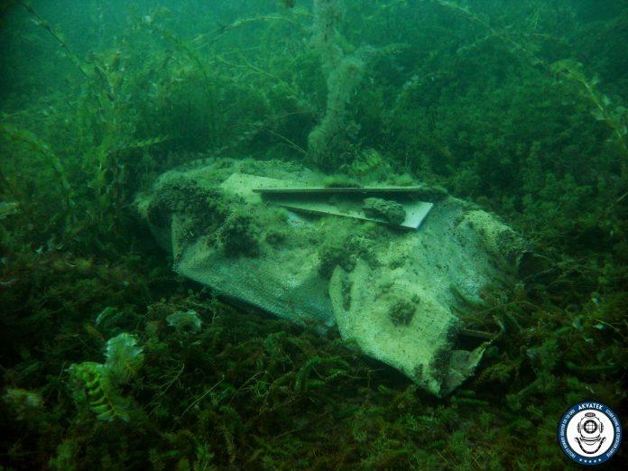 По кадата, нуркачите извадија вреќа со плочки од Охридското езеро