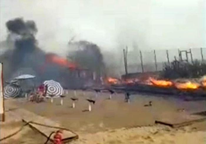 Tуристите бегаа во море за да се спасат – пожар на плажа во Сицилија