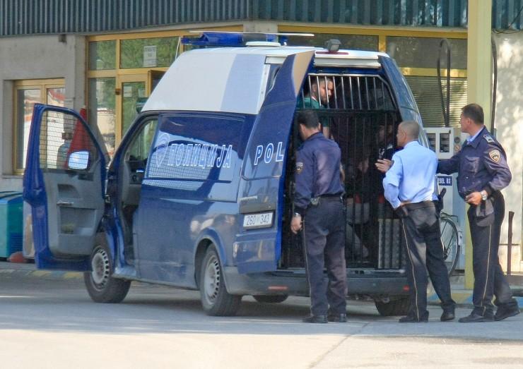 Полицаец нападнат додека носел момче во Психијатриска болница