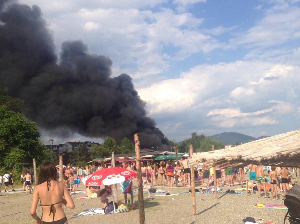 Пожар во ресторан на плажа во центарот на Струга!