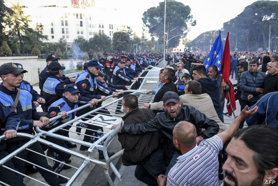 Вонредни мерки во Тирана: Метални огради со бодликава жица поставени пред Владата, Парламенот и МВР
