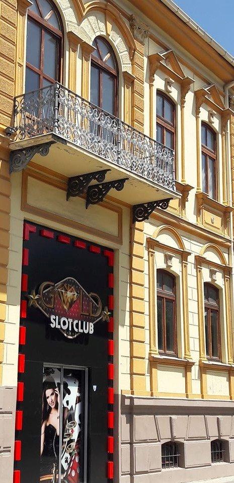 Балконот на Елени Каринте грда слика во Битола: Под него е отворена обложувалница, а туристите се мачат да го сликаат