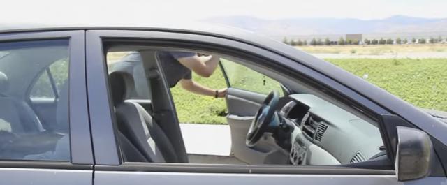 Како најбргу да го изладите прегреаниот автомобил?