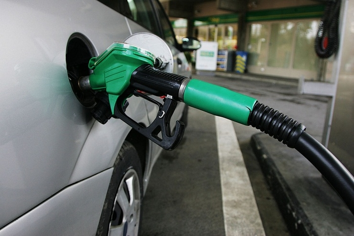Од полноќ поевтинуваат бензините, цената на дизелот останува иста