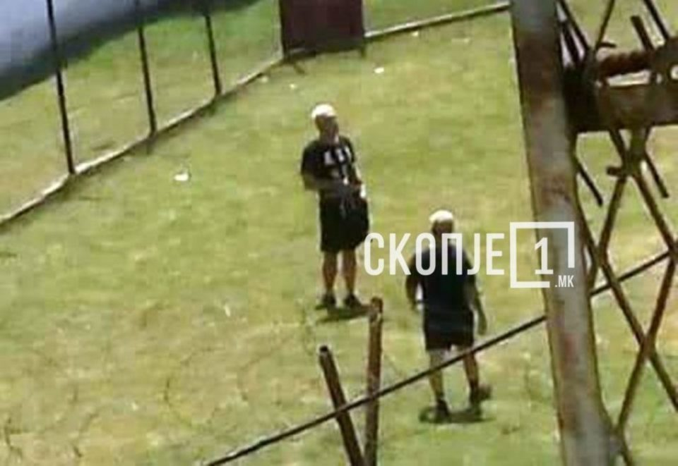 """Боки 13 фотографиран во дворот на """"Шутка"""""""