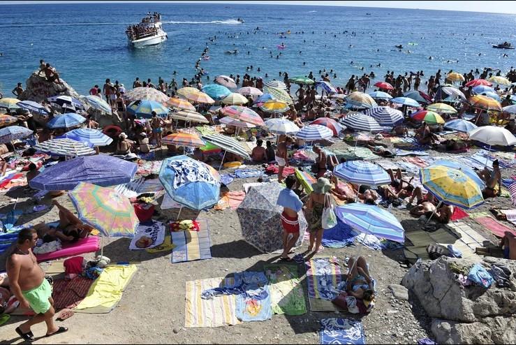 Туристите во Црна Гора се жалат на вирус и шуга, властите молчат