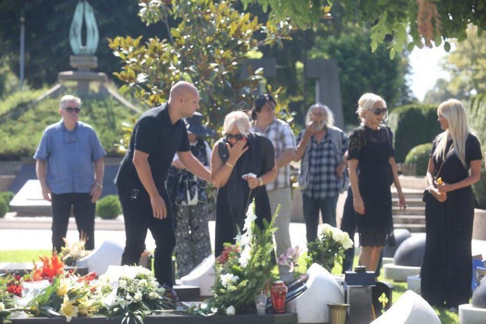 Колегите и семејството на гробот на Шаулиќ: Тажна слика од шестмесечниот помен