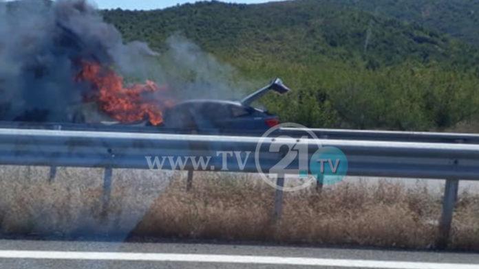 Гори автомобил после Гевгелија на автопат за Грција, сообраќајот во прекин