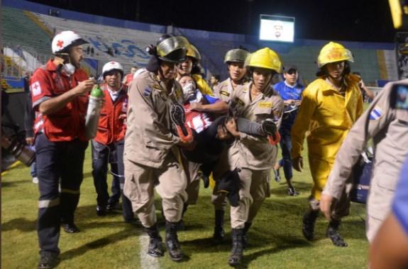 Три навивачи убиени, најмалку 10 повредени на фудбалски стадион