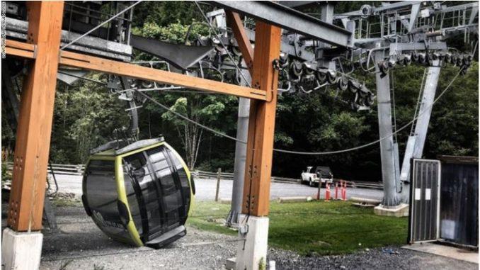 Пресечен кабелот на жичарница, паднале 30 кабини